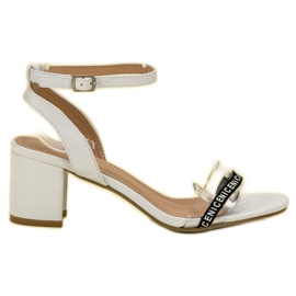Ideal Shoes bianco Eleganti sandali in pelle scamosciata