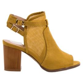 Evento giallo Edifici eleganti con sandali