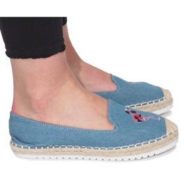 Jeans fiammanti con espadrillas blu