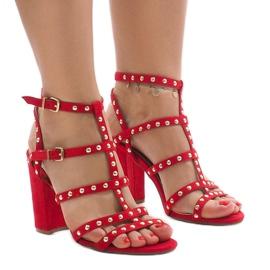 Sandali rossi sul post 168-163 rosso