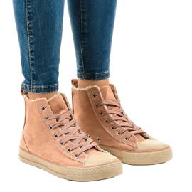 Sneaker rosa isolata T-040 nero