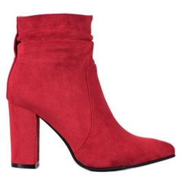 Ideal Shoes Stivaletti in pelle scamosciata su un bar rosso