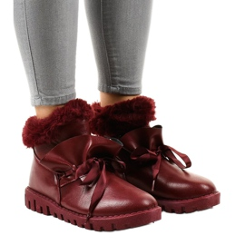 Sneakers bordeaux isolate con un cursore 428-6 rosso
