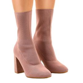 Stivali rosa sul post QQ08