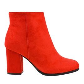 Stivali rossi isolati su un palo G-7656 rosso