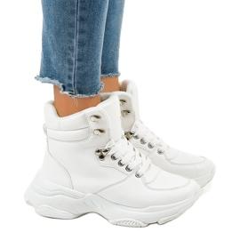 Sneakers bianche da donna isolate C-3132 bianco